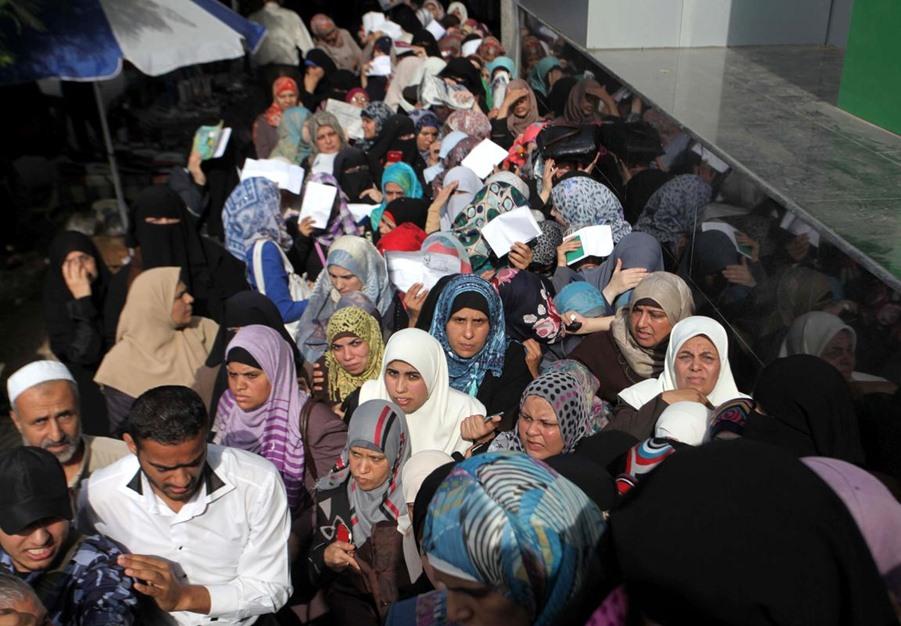 """حكومة الوفاق تبدأ بصرف دفعات مالية لموظفي حكومة """"غزة"""" السابقة - aa_picture_20141029_3649539_web"""