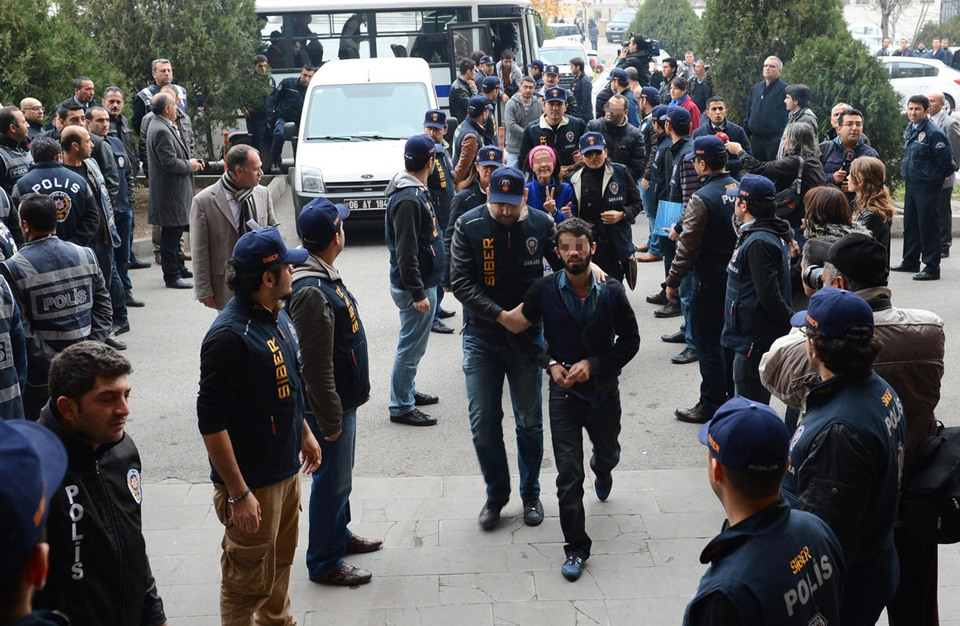 محاكمة قراصنة انترنت في تركيا - aa_picture_20131125_1042208_web