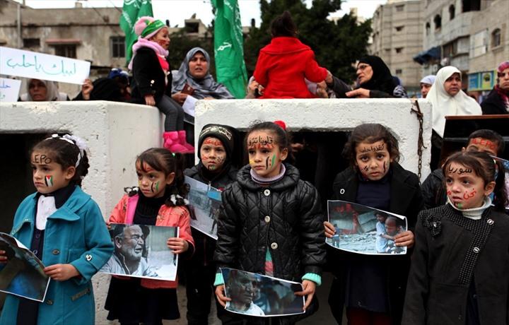وقفة نسوية بغزة تضامنًا مع حلب - 01- وقفة نسوية بغزة تضامنًا مع حلب - الاناضول
