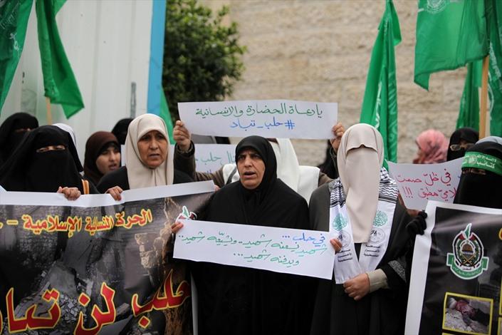 وقفة نسوية بغزة تضامنًا مع حلب - 02- وقفة نسوية بغزة تضامنًا مع حلب - الاناضول