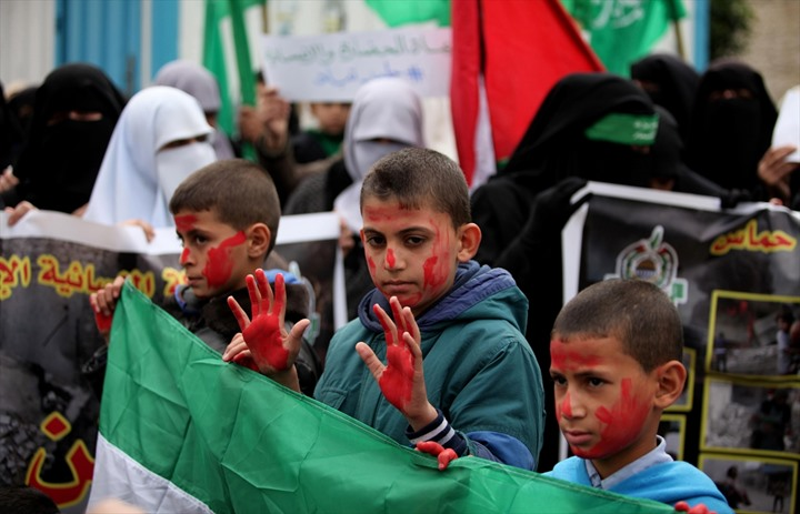 وقفة نسوية بغزة تضامنًا مع حلب - 05- وقفة نسوية بغزة تضامنًا مع حلب - الاناضول