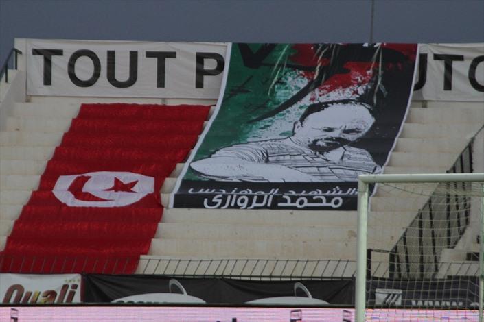 جماهير الصفاقسي ترفع صور الزواري وعلم فلسطين - 03- جماهير الصفاقسي ترفع صور الزواري وعلم فلسطين - ال