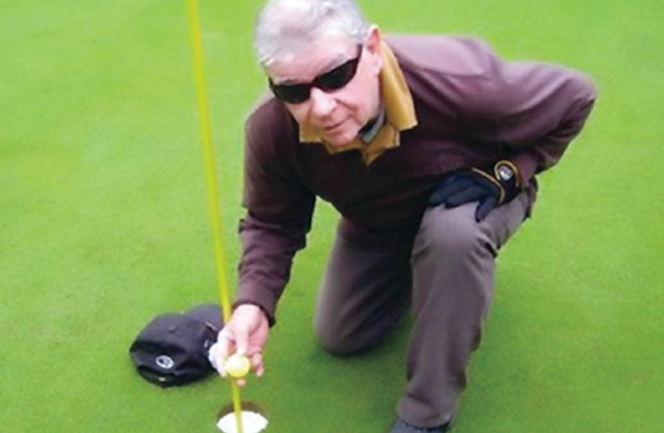 أعمى يتألق في بطولة الغولف