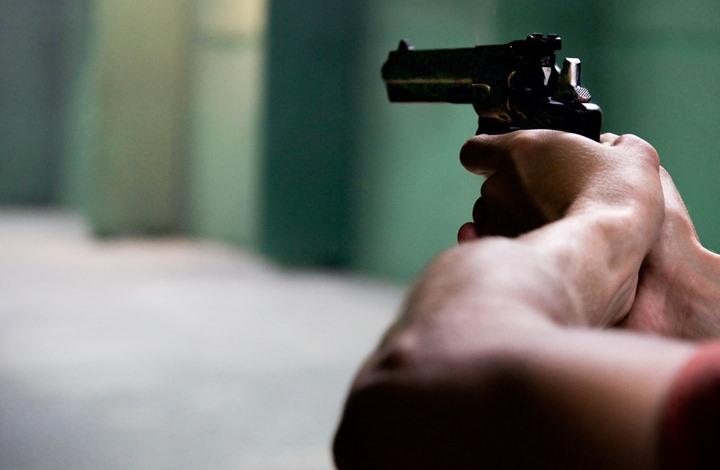 رجل يستخدم المسدس بدلا من الكمامة بأمريكا