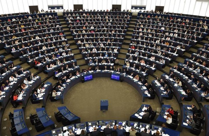 نائب يظهر بلا سروال أثناء اجتماع للجنة برلمانية أوروبية
