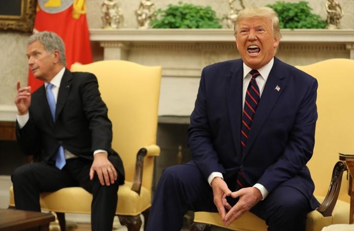 هكذا تصرف الرئيس الفنلندي عندما وضع ترامب يده عليه (شاهد)