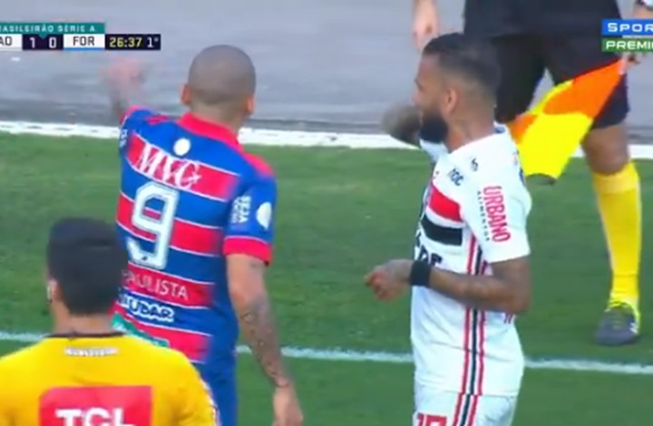 البرازيلي ألفيس يهاجمه سرب من النحل خلال المباراة(شاهد)
