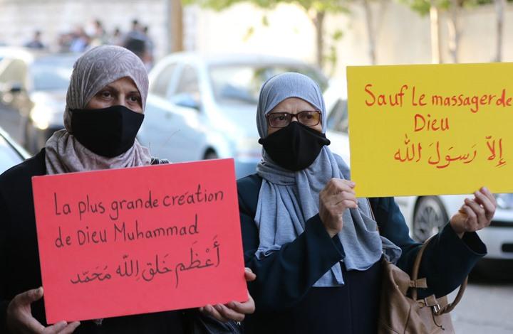 """أردنيون ينشدون """"طلع البدر علينا"""" أمام سفارة فرنسا بعمّان (شاهد)"""