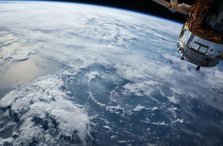 لقطات مثيرة لجسم غريب يمر من أمام محطة الفضاء الدولية (شاهد)