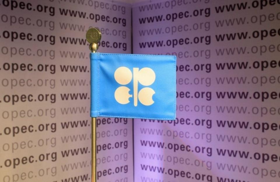 اتفاق سعودي روسي بشأن تمديد تخفيضات إنتاج النفط