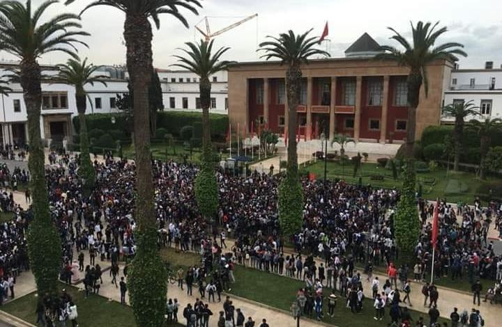 """ورطة """"الساعة"""".. هل ينجح صمت حكومة المغرب في حل الأزمة؟ (شاهد)"""