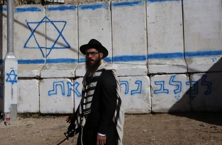مستوطنون يهاجمون مركزا فلسطينيا في الخليل (شاهد)