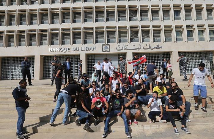 قرار من مصرف لبنان لوقف انهيار الليرة.. والاحتجاجات تتجدد