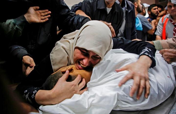 مؤلم.. أم تبكي طفلها الذي قتله الاحتلال في غزة (شاهد)