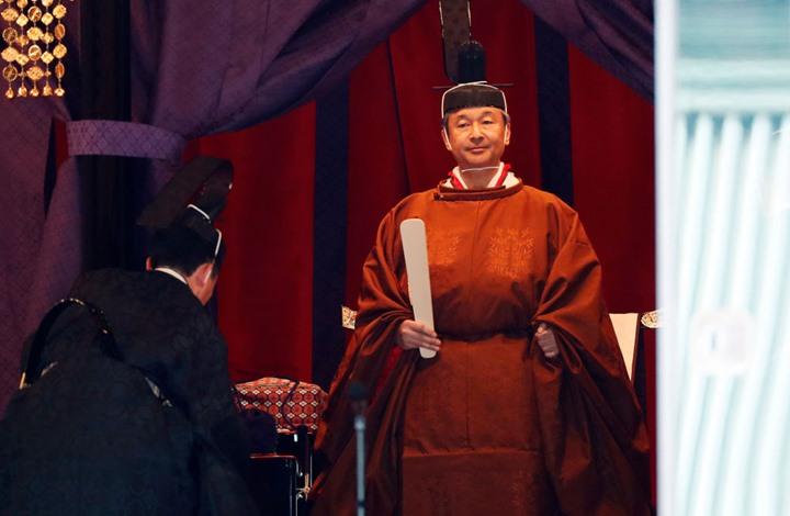 """إمبراطور اليابان يقضي ليلة مع """"آلهة الشمس"""" بتكلفة خيالية"""