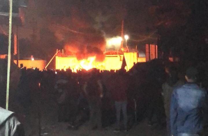 إحراق قنصلية إيران في النجف والجيش يعزل المدينة (شاهد)