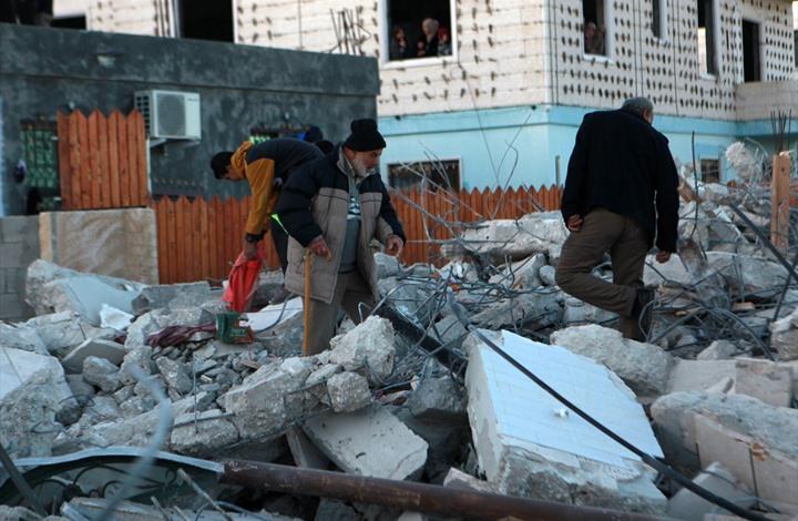 الاحتلال يهدم منازل لأسرى فلسطينيين بالضفة الغربية (شاهد)