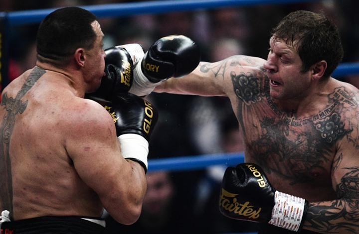 بضربة قاضية.. هزيمة لبطل رفع الأثقال في نزال ملاكمة (شاهد)