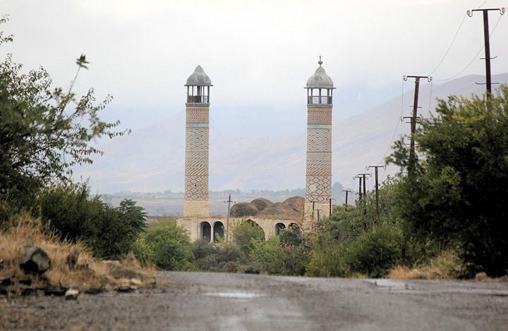 """الجيش الأذري يدخل """"أغدام"""".. أول منطقة يسلمها الأرمن (شاهد)"""