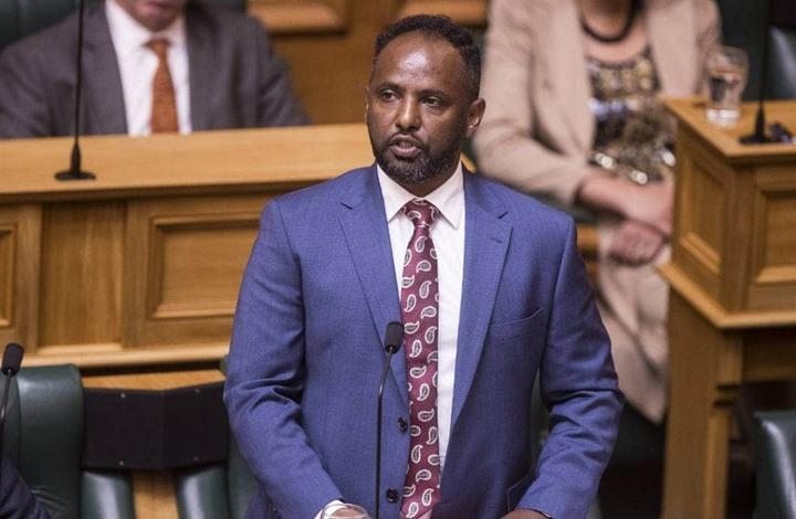 تصفيق حار لأول عضو نيوزلندي- أفريقي بعد خطابه في البرلمان