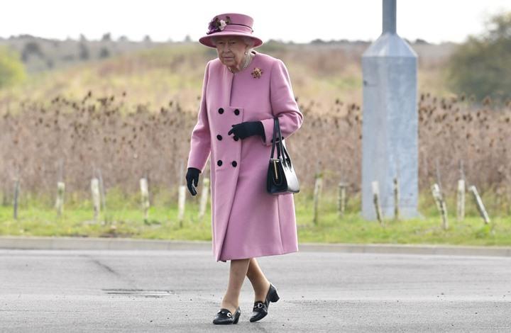 """ملكة بريطانيا ترتدي قفازات خاصة """"تقتل كورونا مباشرة"""""""