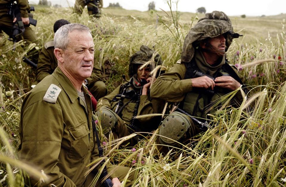 صحيفة إسرائيلية تتناول تفاصيل دعوى ضد غانتس في لاهاي