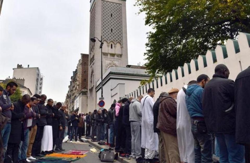 لوموند: لماذا يعتنق الأوروبيون الإسلام؟