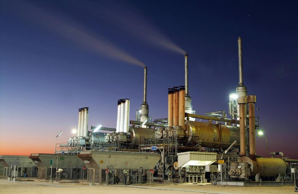 أسعار النفط تتراجع.. وخفض إمدادات أبوظبي يحد من الخسائر