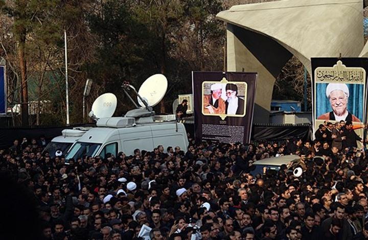 عشرات الآلاف يشيعون الرئيس الإيراني السابق