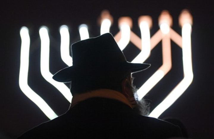 حاخام إسرائيلي لأتباعه: لقاح كورونا سيحولكم إلى مثليين