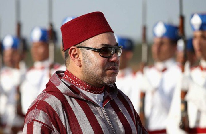 ملك المغرب ينشر صورة لقميص كتب بحروف عربية.. ما الرسالة؟