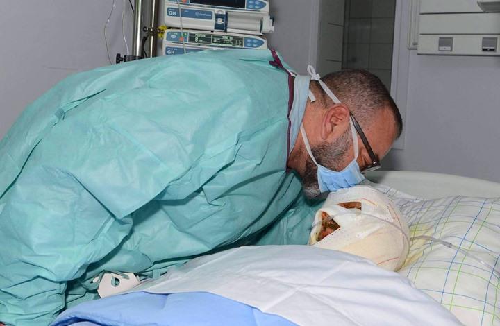 """صورة ملك المغرب يقبل رأس مصاب بفاجعة أكادير تلهب """"فيسبوك"""""""