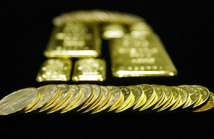 أسعار الذهب ترتفع إلى مستوى قياسي جديد.. والدولار يتراجع