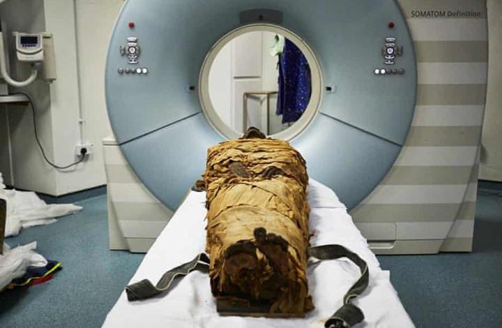 """علماء يعثرون على """"تميمة"""" ببطن مومياء مصرية عمرها 2000 عام"""