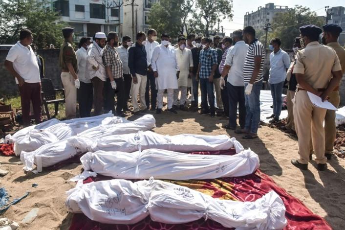شاحنة تقتل 15 شخصا دهسا خلال نومهم على قارعة طريق بالهند