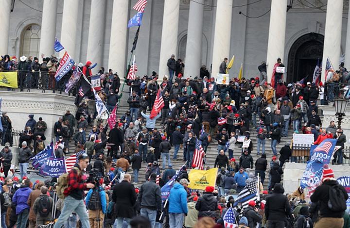 شعارات وأعلام غريبة يرفعها أنصار ترامب.. تعرف إليها (إنفوغراف)