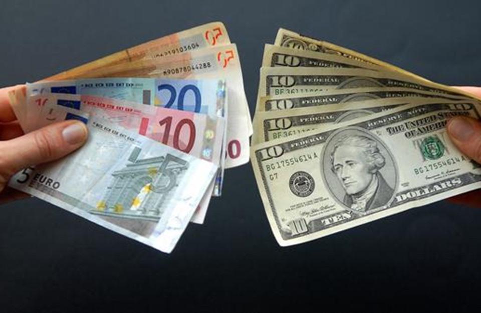 """الدولار قرب أعلى مستوى في خمسة أشهر.. و""""اليورو يعاني"""""""