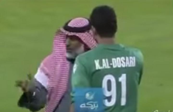 أب يدخل الملعب لفض نزاع ابنه حارس المرمى (شاهد)