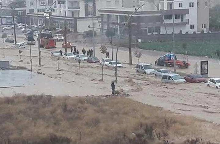 إنقاذ امرأة من الغرق في فيضانات بمرسين التركية (فيديو+صور)