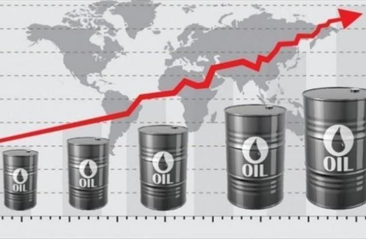 الدولار يتراجع والنفط يحقق ارتفاعا وسط آمال خفض الإنتاج