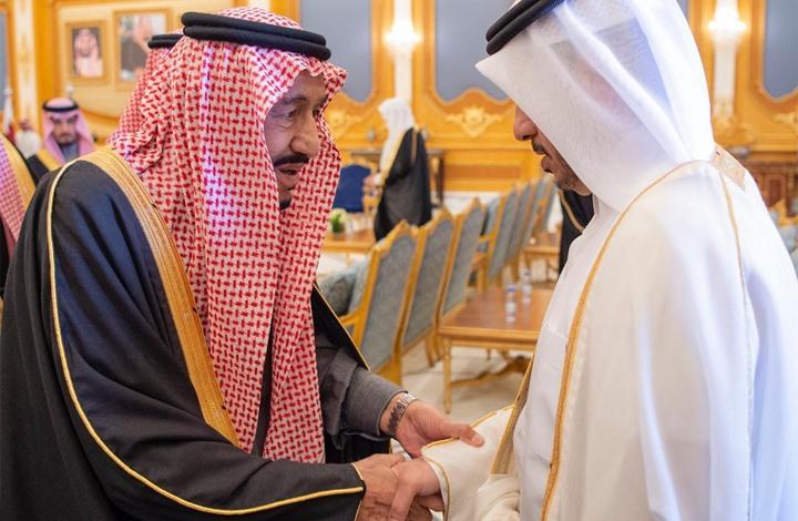 الملك سلمان يستقبل وفد قطر بالضحك والابتسامات (شاهد)