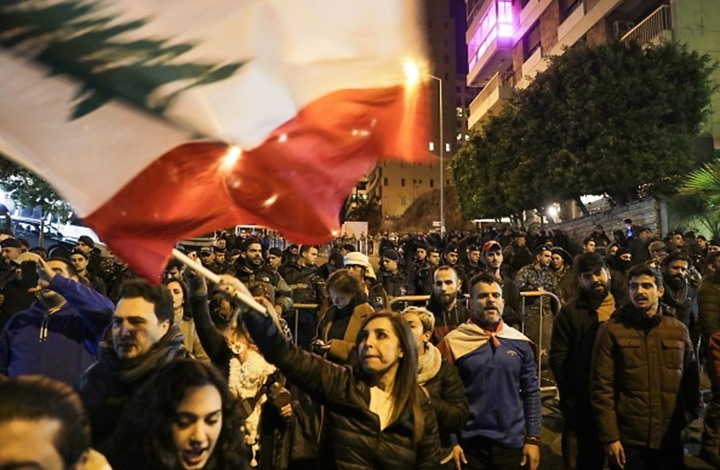 محتجون يتظاهرون أمام منزل رئيس الحكومة اللبناني المكلف (شاهد)