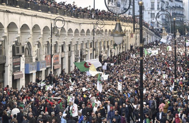 """مظاهرات طلابية في الجزائر تدعو لـ""""انتقال ديمقراطي"""""""