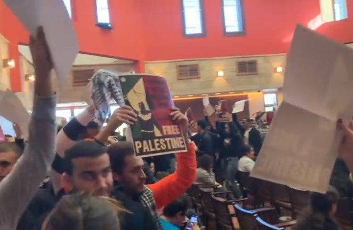طلاب الجامعة الأمريكية بالقاهرة يهتفون ضد إسرائيل (شاهد)