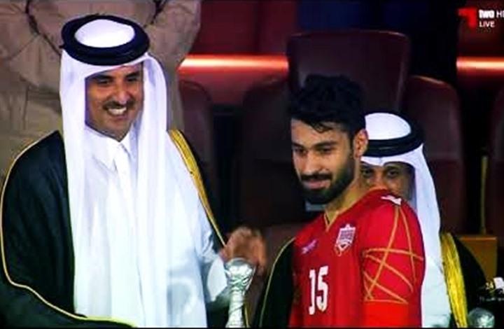 أمير قطر يُسلم كأس الخليج للمنتخب البحريني (شاهد)