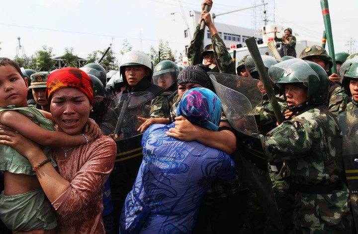 التايمز: الشيوعي الصيني يبتز الإيغور للتجسس على إخوانهم
