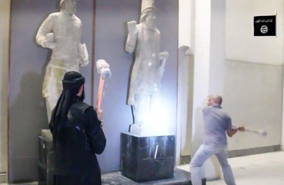 تنظيم الدولة يحطم التماثيل الأثرية في مدينة الموصل (فيديو)