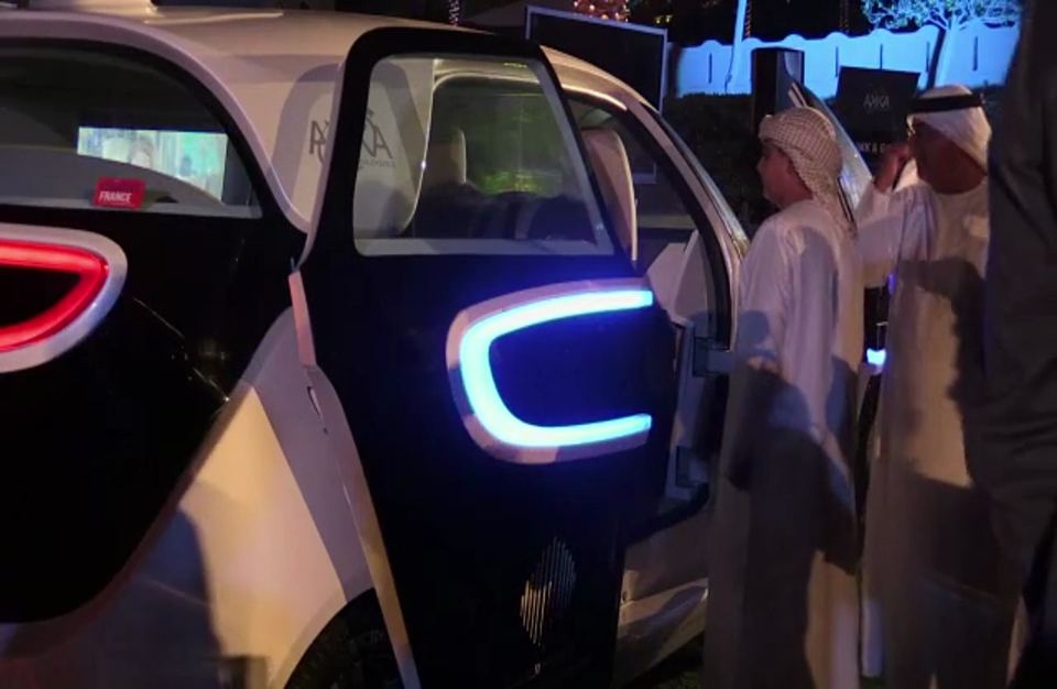 شركتا أكا وداسو سيستيم تقدمان نموذجا للسيارة الموصولة بالانترنت