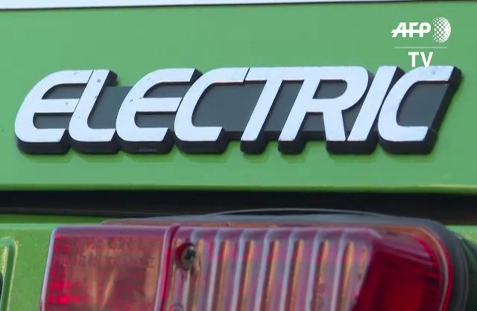 """سيارة """"دو شوفو"""" كهربائية للجولات السياحية في باريس"""