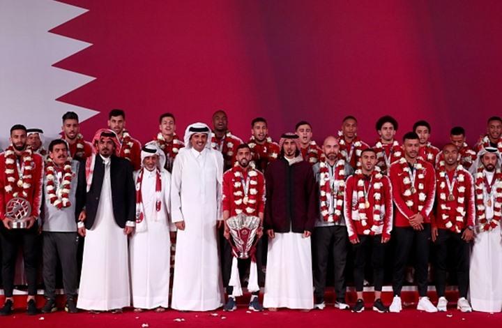 أمير قطر يستقبل لاعبي العنابي بالورود بعد التتويج (شاهد)
